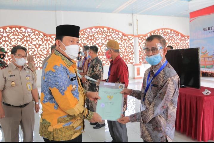 Program PTSL BPN, Bupati Rohul Serahkan 300 Persil Sertifikat