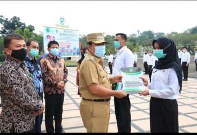 H. Sukiman Serahkan SK 165 CPNS Dilingkungan Kabupaten Rohul
