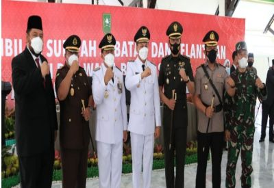 H.Sukiman-H.Indra Gunawan Resmi Bupati Rohul Usai Dilantik Gubri